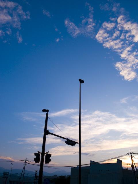 夕闇の信号機を見上げた構図の写真